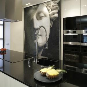 Mocnym, dekoracyjnym akcentem jest w kuchni czarno-biała mozaika. Projekt: Julita Chrząstek. Fot. Bartosz Jarosz.