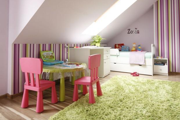 Pokój dla małej dziewczynki: róż i fiolet na poddaszu