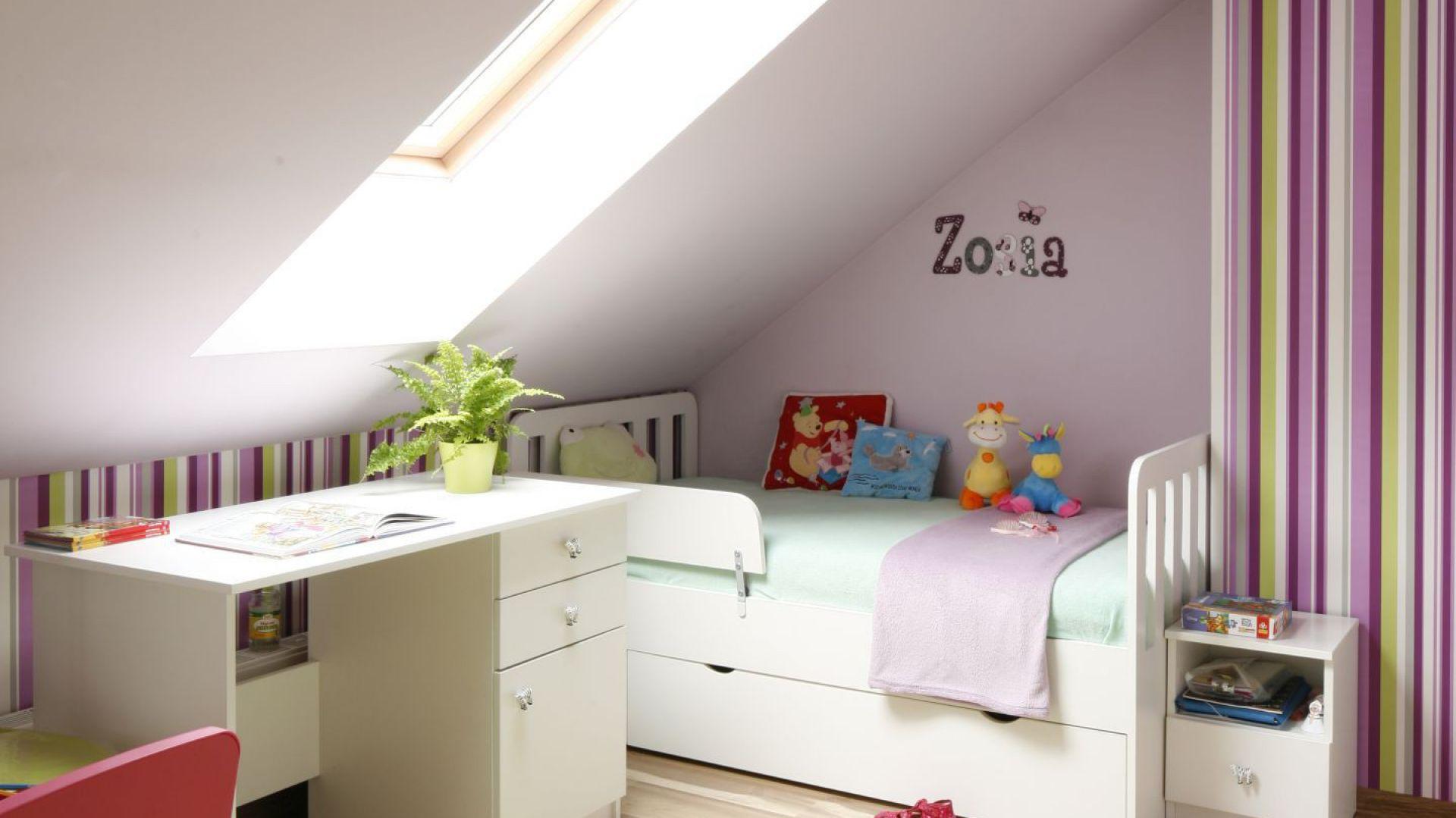 promienie s o ca wpadaj ce pok j dla ma ej dziewczynki r i fiolet na poddaszu strona 3. Black Bedroom Furniture Sets. Home Design Ideas