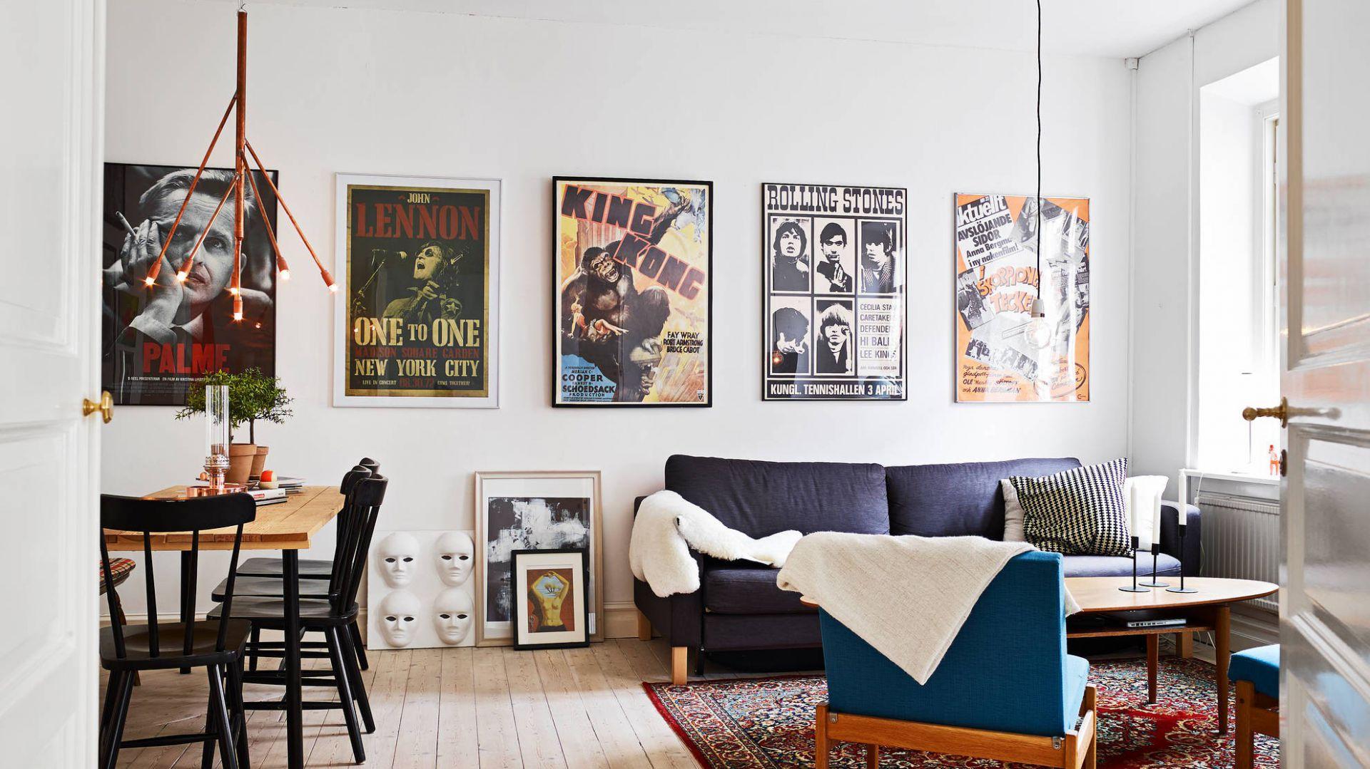 Pokój dzienny ozdabiają plakaty w stylu retro. Fot. Stadshem.