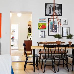 Jadalnia z giętymi krzesłami, drewnianym stołem i ciekawym oświetleniem. Fot. Stadshem.