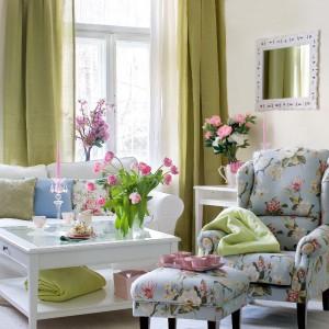 Klasyczny fotel marki Dekoria w pięknej kwiecistej tkaninie. Fot. Dekoria.