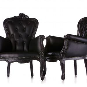 """Fotel Smoke Chair marki Moooi wygląda jak nadpalony """"ludwik"""". Proj. Maarten Bas. Fot. Moooi."""