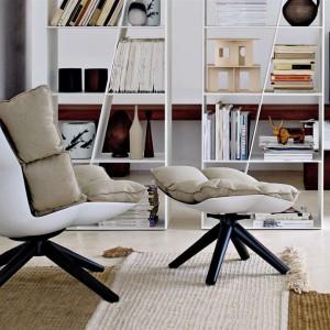 Fotel Husk projektu Patrizii Urquioli. Dostępny w wersji wysokiej lub niskiej, tapicerowanej skórą lub tkaniną, dostępny również z podnóżkiem. Wygodne poduszki. Fot. B&B Italia.