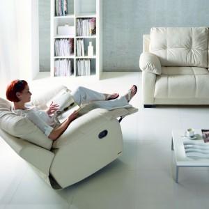 Obrotowy fotel z systemu Relax, funkcja bujania, możliwość wysunięcia podnóżka. Fot. Gala Collezione.