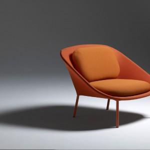 Fotel Netframe w soczystej pomarańczy marki Offecct. Fot. Offecct.