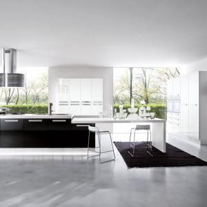 Nowoczesna kuchnia w kolekcji Smile. Duet bieli i czerni stanowi piękne połączenie, które nadaje przestrzeni elegancji. Wycena indywidualna, Mobilegno.