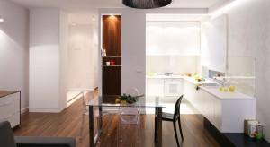 Aranżacja wnętrza jest nowoczesna i prosta. Biała kuchnia dosłownie lśni świeżości. To doskonały sposób na optycznie powiększenie mieszkania.