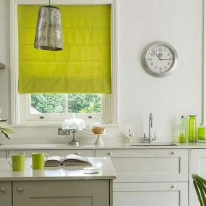 Limonkowe rolety w białej nowoczesnej kuchni. Fot. Blind By Lee Daniels.