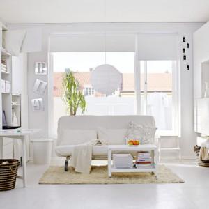Nowoczesne, proste meble do przechowywania dzięki białej tonacji dodatkowo optycznie powiększają pomieszczenie. Fot. IKEA.