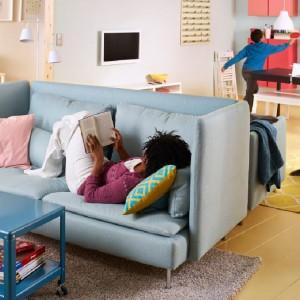 """Gdy miejsca mało, każdy mebel """"wazy"""" podwójnie. Tutaj postawiono na kanapę o podwójnej funkcji - pozwala na chwilę intymności i oddziela część pokoju od jadalni. Fot. IKEA."""