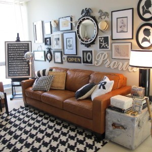 Widowiskowa ściana za kanapą dodaje szyku w stylu retro. Styl i fot. Jaime Rose.