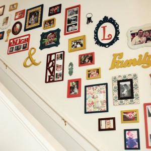 Ściana z ramek to doskonałe miejsce do ozdobienia przedpokoju, a także miejsce nad schodami. W ten sposób znajdziemy świetne meijsce na rodzinne pamiątki. Foy. Hooty Cutie.
