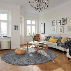 Przepis na skandynawską aranżację - ramki nad kanapą w naturalnych kolorach. Fot. Alvhem Makleri.