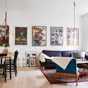 Ściana za kanapą w pokoju dziennym to dobre miejsce do wyeksponowania plakatów. te w stylu retro dodadzą wnętrzu nostalgicznego charakteru. Fot. Stadshem.