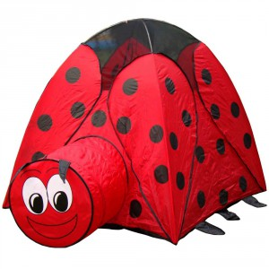 Na zielonej łące namiot w formie biedronki wygląda niezwykle naturalistycznie. Fot. ebay.co.uk.