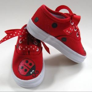 Czerwone tenisówki w kropeczki. Fot. etsy.com.