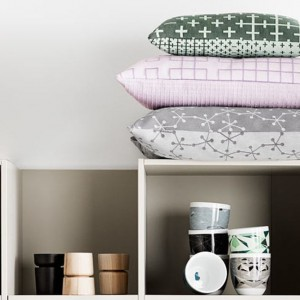 Dodatki z kolekcji Fusion od Nendo: pastelowe poduszki, świeczniki , ozdobne pudełka do przechowywania. Fot.BoConcept.