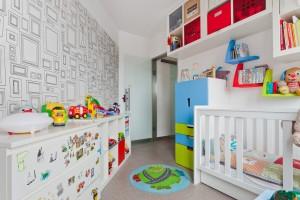 Pokój dziecka jest niewielki, ale dzięki jasnym ścianom i świeżym, energetycznym kolorom wydaje się być dużo większy, niż w rzeczywistości.