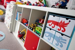 W pokoju dziecięcym potrzebne jest dużo miejsca na przechowywanie zabawek.