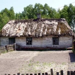 Zabytkowy budynek drewniany o ścianach sumikowo-łątkowych kryty strzechą. Fot. Galeria Budownictwo Polskie