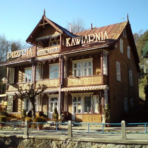 Węgierska Korona - zabytkowy budynek drewniany przy Bulwarach Dietla w Krynicy Zdrój. Fot. Galeria Budownictwo Polskie