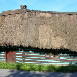 Zabytkowa chata drewniana ze strzechą w Nawojowej Górze. Źródło Wikipedia