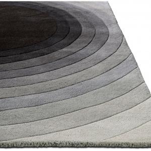 Szary dywan Bound,dostępny w różnych rozmiarach. Fot.BoConcept.