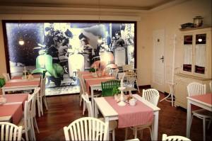 Nowa włoska restauracja w centrum Mikołajek. Głównym zadaniem było rozjaśnienie istniejącego wnętrza i przearanżowanie tak, by kojarzył się z Włochami. Motywem przewodnim wystroju są kolory flagi włoskiej i charakterystyczny dla włoskich ulic skuter Vespa. Białe meble i zasłony, zielone krzesła i pachnąca bazylia oraz kraciaste, czerwone obrusy doskonale przywodzą na myśl włoski klimat. Ciekawym elementem jest napinana, podświetlana ściana z widokiem trattori. Całości dopełniają grafiki z kojarzącym się z Włochami jedzeniem – pomidory, czosnek, karczochy, szparagi i oczywiście pasta!