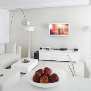 Biały pokój dzienny z dodatkiem koloru. Efekt większej przestrzeni gwarantowany! Proj. wnętrza arch. Piotr Gierałtowski. Fot. Bartosz Jarosz.