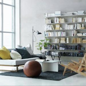 Wysokie półki i regały optycznie wysmuklą i powiększą pomieszczenie, dostarczą też jeszcze więcej miejsca do przechowywania. Fot. String.