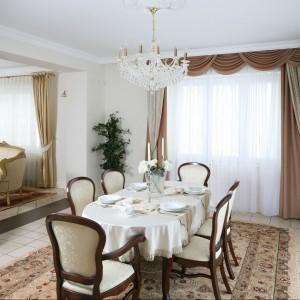 Bogate dekoracje okienne tworzą dopełnienie klasycznych wnętrz. Fot. Bartosz Jarosz.