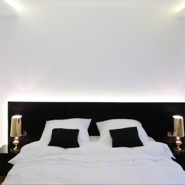 Minimalistyczna sypialnia: duet czerni i bieli