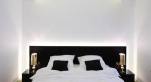W tej sypialni króluje biel zestawiona z wyrazistą czernią. We wnętrzu udało utrzymać się równowagę między kontrastującymi barwami oraz połączyć je z minimalistycznymi formami.