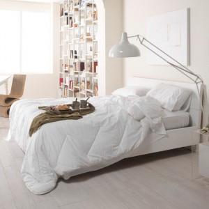 Biała, wysoka lampa świetnie sprawdzi się w jasnych, nowoczesnych wnętrzach. Fot.Marazzi / Cermag.