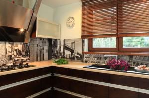 Aneks kuchenny jest utrzymany w minimalistycznym stylu, otwarty na jadalnię i w tej samej kolorystyce co reszta pomieszczeń. Fot. Green Canoe.