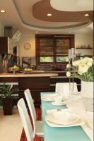 Aranżacja jadalni i kuchni doskonale koresponduje z nowoczesną wielkomiejską fototapetą zastosowaną między szafkami. Fot. Green Canoe.