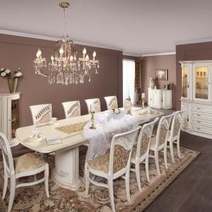 Jadalnia Opium w bieli ze złotą patyną to przykład aranżacji opartej na dobrych włoskich wzorach. Meble wykonano z naturalnej okleiny w połączeniu z elementami litego drewna. Wyrafinowana forma, gięte elementy boczne i łagodne oświetlenie witryn nadają kolekcji elegancji i prestiżu. 4.310 zł (stół duży, nogi, kolumny 250-350/105/76), 2.750 zł (witryna mała 3DS – 130/48/113), Mebin.
