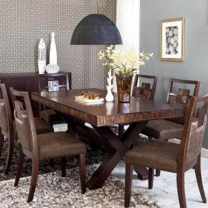 Kolekcja Malaga to ergonomiczne kształty, naturalna okleina ze szlachetnego drewna mahoniowego, ręcznie wykonane elementy dekoracyjne z egzotycznej akacji, hartowane szkło i najwyższej jakości mechanizmy oraz miedziane okucia. Wycena indywidualna, Vinotti Furniture.