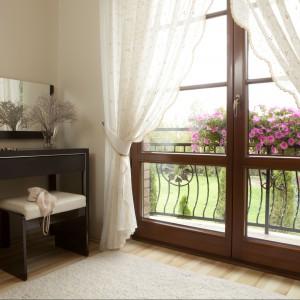Elegancka toaletka w sypialni to doskonały pomysł na wprowadzenie dekoracyjnego lustra. Proj.Magdalena Smyk. Fot.Green Canoe.