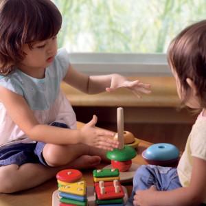 Wspólne budowanie wieży - to dopiero frajda. Fot. Plan Toys.