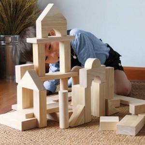Można z nich zbudować np. zamek. Fot. Plan Toys.