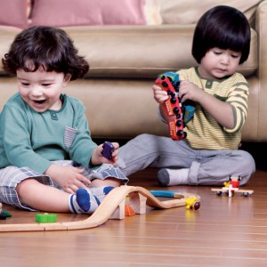 Drewniane zabawki lubią zarówno chłopcy, jak i dziewczynki. Fot. Plan Toys.