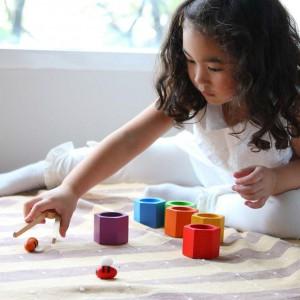 Wykonane są z naturalnego drewna. Fot. Plan Toys.