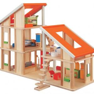 Zbudowanie domku z drewnianych elementów to nie lada wyzwanie. Plan Toys.