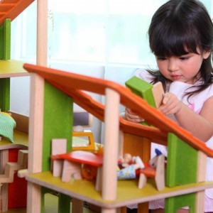Podczas jego realizacji dziecko rozwija kreatywne myślenie. Fot. Plan Toys.