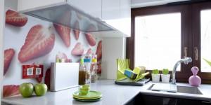 Kolorowe dodatki w kuchni rozweselają wnętrze.