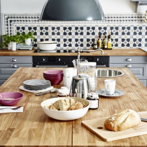 Produkty z najnowszych, wiosennych kolekcji od IKEI. Na zdjęciu: 99 zł (zaparzacz do kawy i herbaty Anrik), 7,99 zł (kubek 365+), 12,99 zł (szary talerz ARV), 12,99 zł (talerze głęboki Forsla).