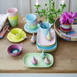 Radosne, kolorowe naczynia z najnowszej, wiosennej kolekcji duńskiej marki Rice. Wykonane z melaniny. Ok. 25 zł (filiżanka z talerzykiem), Rice.