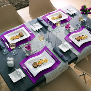Porcelana z serii New Wave. Jej wzornictwo oparte jest na płynnych liniach, tworzących charakterystyczne fale. Wyjątkowo elegancka, a zarazem ergonomiczna forma wchodzących w skład serii elementów sprawia, że doskonale nadaje się zarówno do użytku codziennego, jak i do nakrycia stołu na uroczyste obiady.255 zł (miska sałatkowa), 259 zł (misa kwadratowa), Villeroy&Boch/Rossi.